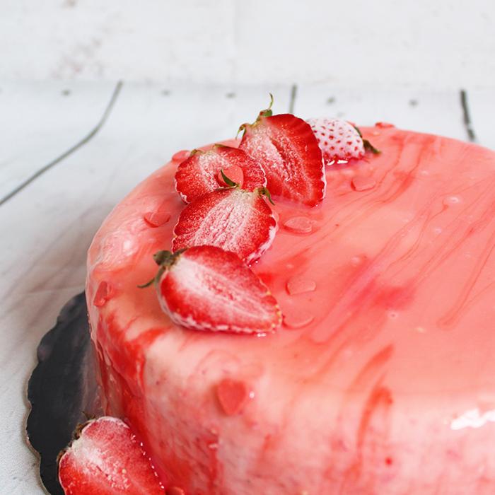 Torta semifreddo alle fragole con glassa a specchio